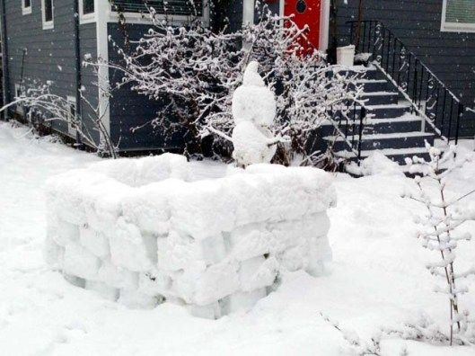 This pupazzo di neve (snowman) has his own igloo